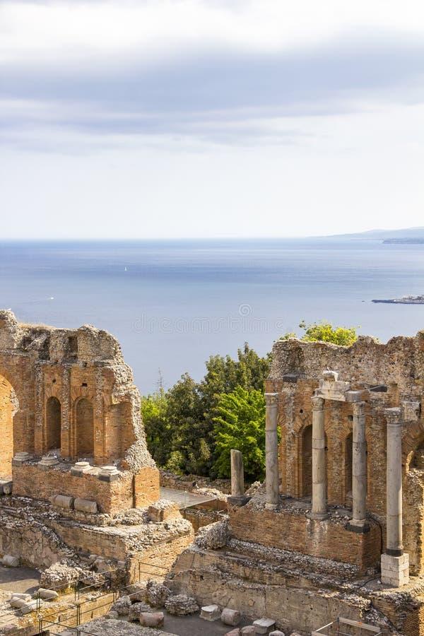 Ruïnes van Grieks Theater in Taormina, Sicilië, Italië stock foto's