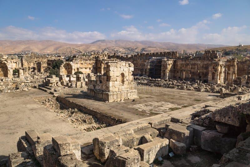 Ruïnes van groot hof van Heliopolis met bergen op de achtergrond in Baalbek, Bekaa-vallei Libanon royalty-vrije stock fotografie