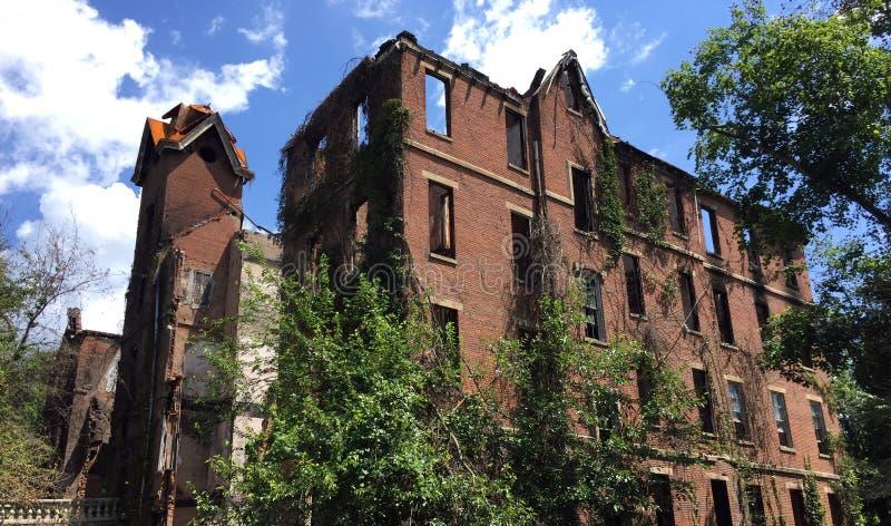 Ruïnes van groot oud brand beschadigd huis stock afbeelding