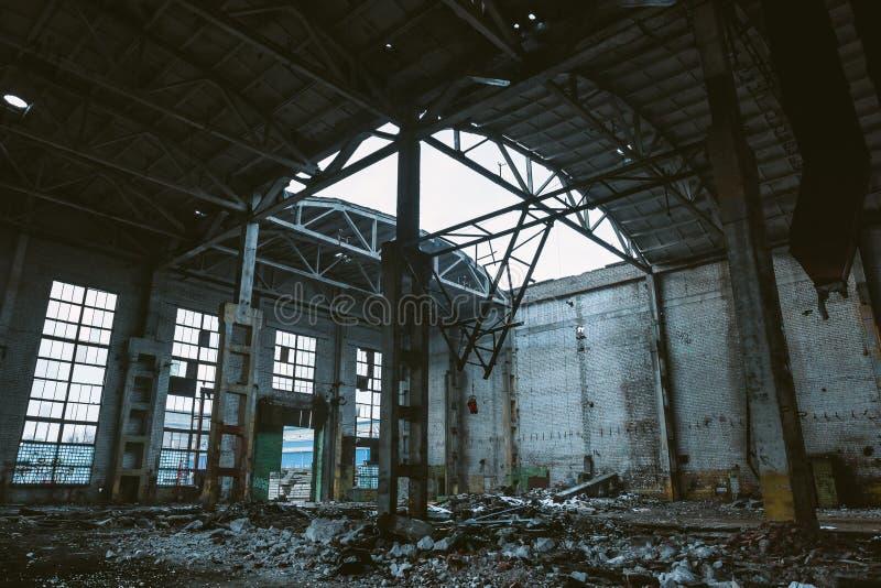 Ruïnes van grote zaal van verlaten pakhuis of fabriek, gevolgen van catastrofe, oorlog, orkaan, aardbeving stock afbeelding