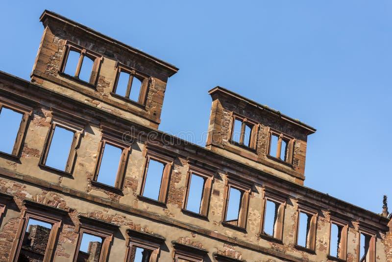 Ruïnes van het kasteel van Heidelberg - Close-up van losgemaakte muur met lege vensters van het beroemde renaissancekasteel en he stock fotografie
