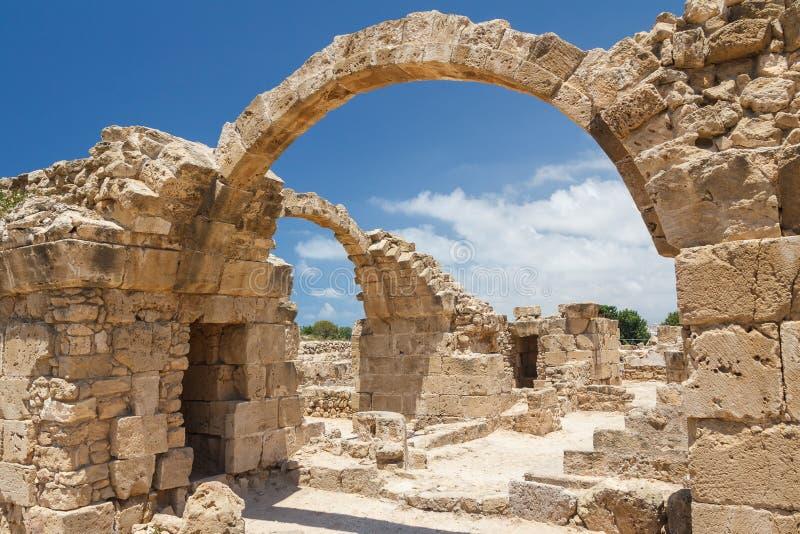 Ruïnes van het oude die kasteel bovenop de oude Pafos-stad wordt gebouwd stock fotografie