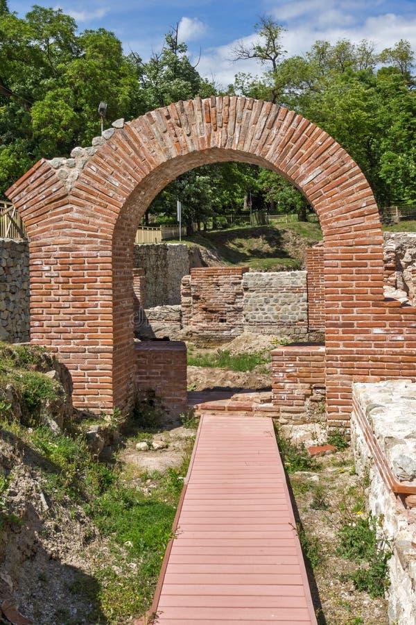 Ruïnes van ingang van roman bad in oude Diocletianopolis, stad van Hisarya, Bulgarije stock fotografie