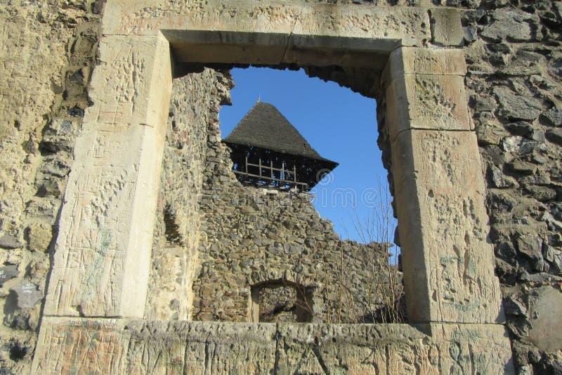 Ruïnes van Kasteel Nevytske dichtbij van centrum het Over de Karpaten Uzhgorod van het gebied royalty-vrije stock foto