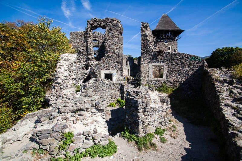 Ruïnes van Kasteel Nevytske in gebied Over de Karpaten Uzhgorodfoto Ingebouwd Nevitskykasteel 13de eeuw ukraine royalty-vrije stock foto's