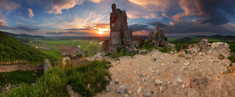 Ruïnes van kasteel Plavecky stock fotografie