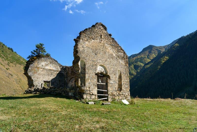Ruïnes van kerk in atTushetinatuurreservaat van dorpsdartlo georgië stock fotografie