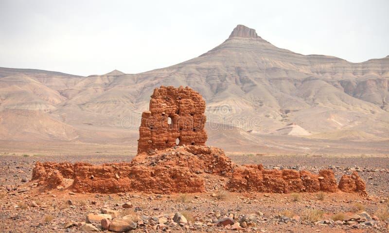 Ruïnes van klei de bouw dichtbij Atlasbergen stock foto's
