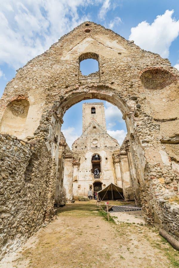 Ruïnes van Klooster Katarinka boven het dorp van Dechtice, Slov royalty-vrije stock foto