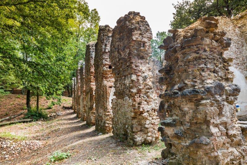 Ruïnes van Klooster Katarinka boven het dorp van Dechtice, Slov stock afbeelding