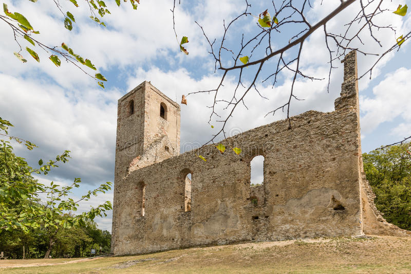 Ruïnes van Klooster Katarinka boven het dorp van Dechtice, Slov royalty-vrije stock foto's