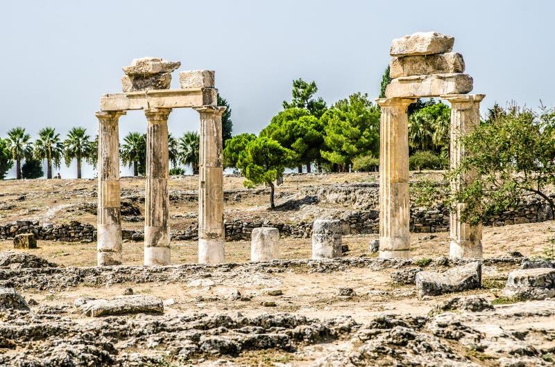 Ruïnes van kolommen in de oude stad van Hierapolis, Pamukkale royalty-vrije stock foto's
