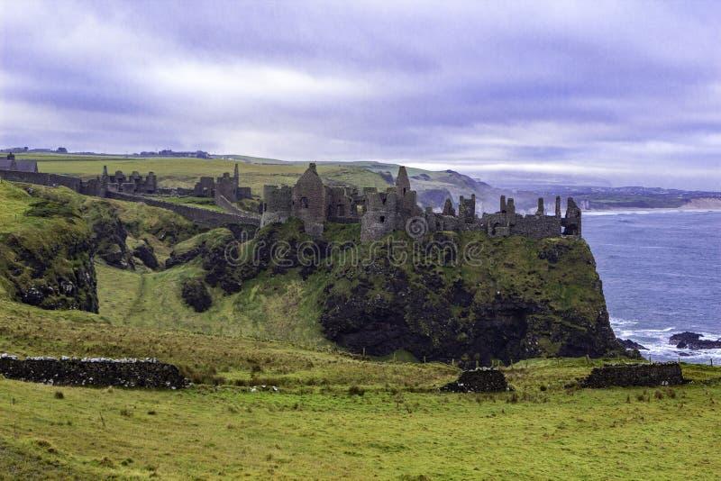 Ruïnes van middeleeuws Dunluce-Kasteel stock foto's