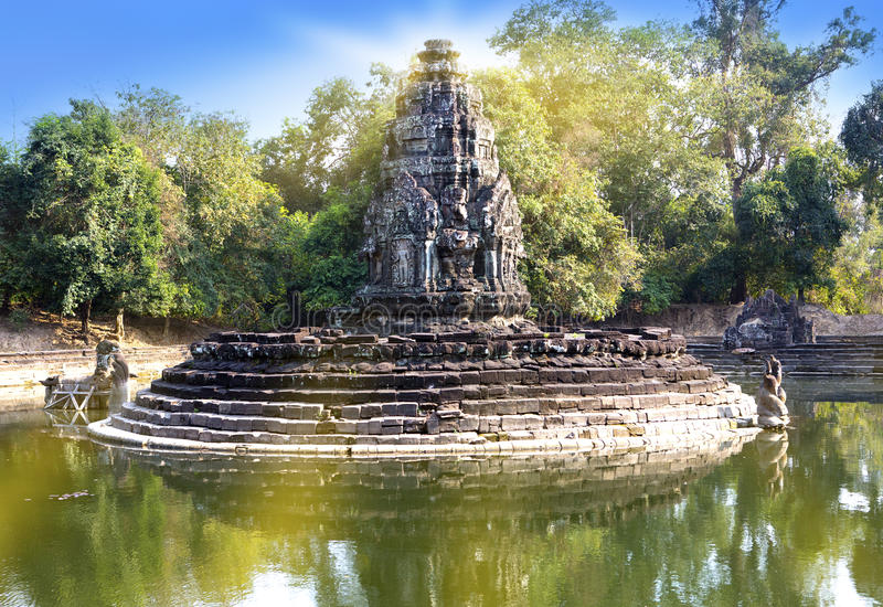 Ruïnes van Neak Pean (12de Eeuw) - de godsdienstige gebouwen complexe dichtbijgelegen Siem van architectuuroriëntatiepunten oogst stock afbeeldingen