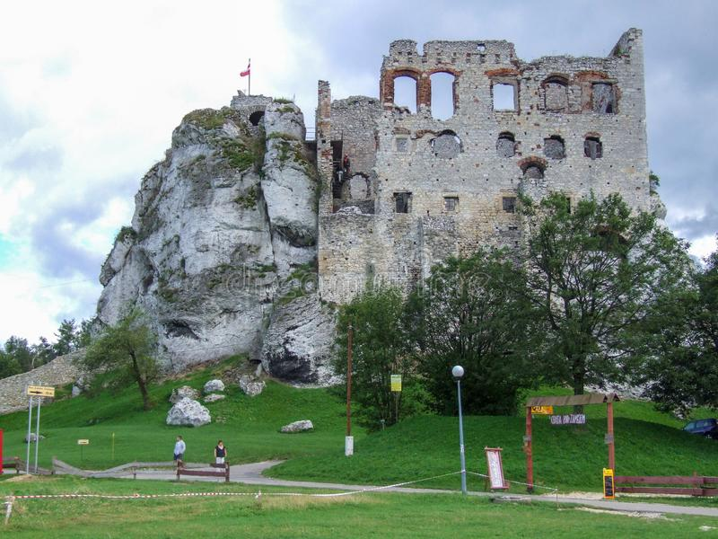 Ruïnes van Ogrodzieniec-kasteel op sleep van de nesten van Eagles ` in Polen stock foto
