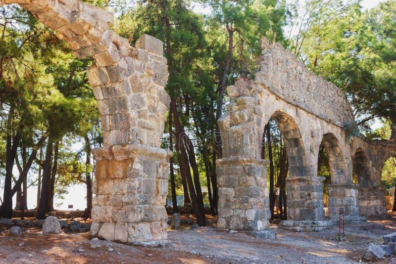 Ruïnes van oud aquaduct in Phaselis, Turkije. stock foto