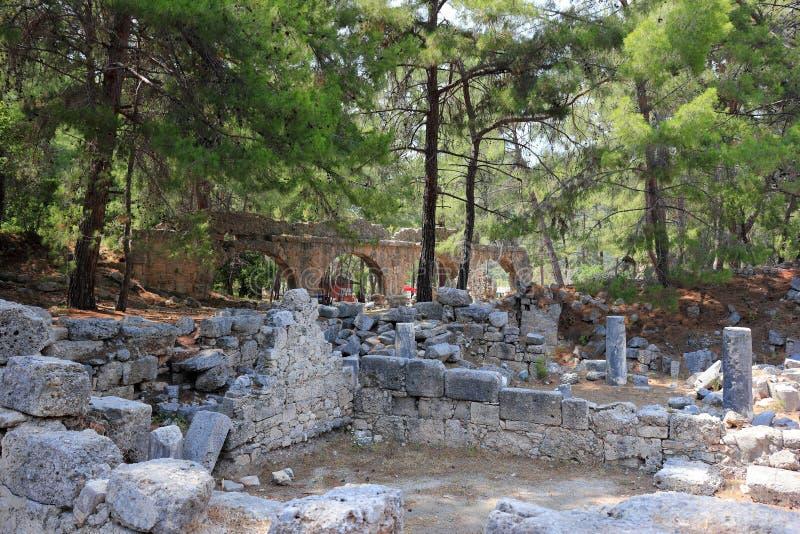 Ruïnes van oud aquaduct in Phaselis, Turkije royalty-vrije stock foto