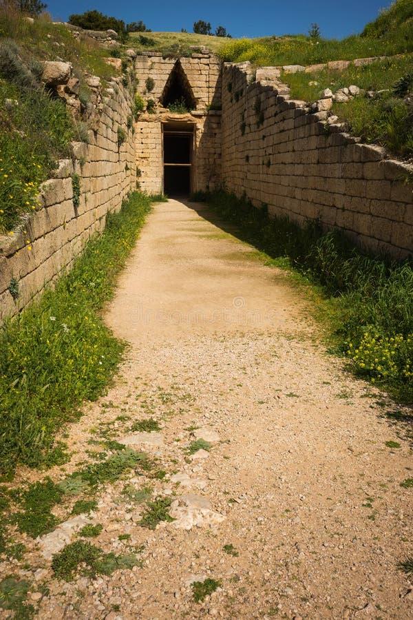 Ruïnes van oud Grieks graf in Mycenae op de Peloponnesus, Griekenland stock afbeelding