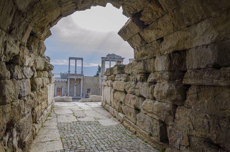 Ruïnes van oud Roman theater in de stad van Plovdiv royalty-vrije stock afbeelding