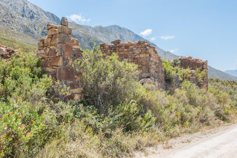 Ruïnes van oud tolhuis op de Swartberg-Pas stock foto's