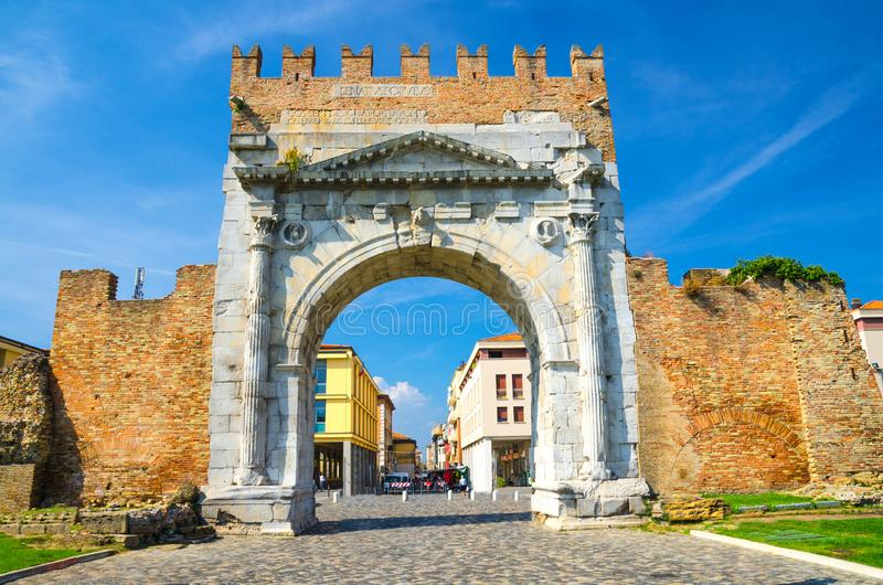 Ru?nes van oude bakstenen muur en steenpoortboog van Augustus Arco di Augusto en keiweg in oude historische stad Rimini royalty-vrije stock foto