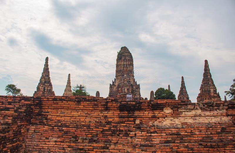 Ruïnes van oude die pagode van oude rode bakstenen worden gemaakt stock fotografie