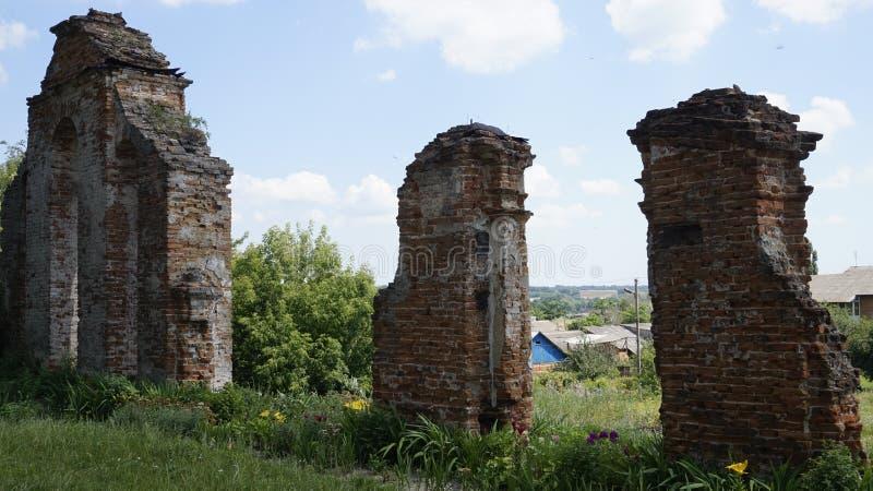 Ruïnes van oude kerk stock foto's