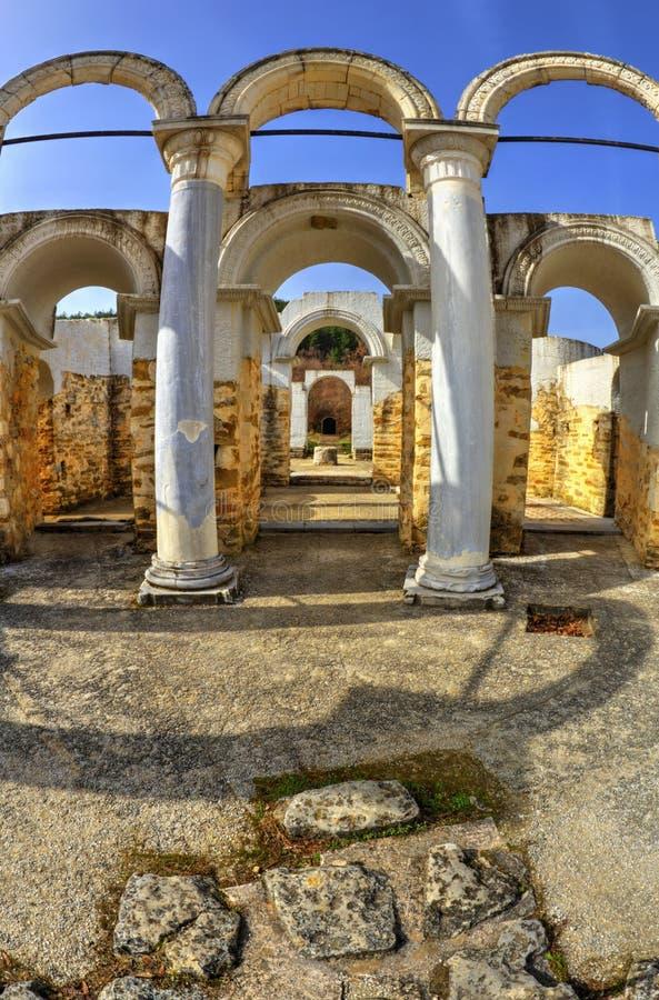 Ruïnes van oude kerk in vis-oog perspectief stock afbeelding