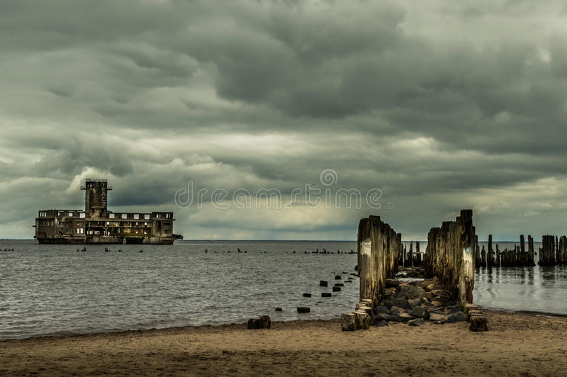 Ruïnes van Oude Torpedownia Hexengrund op Oostzee in Babie Doly, Gdynia, Polen stock foto