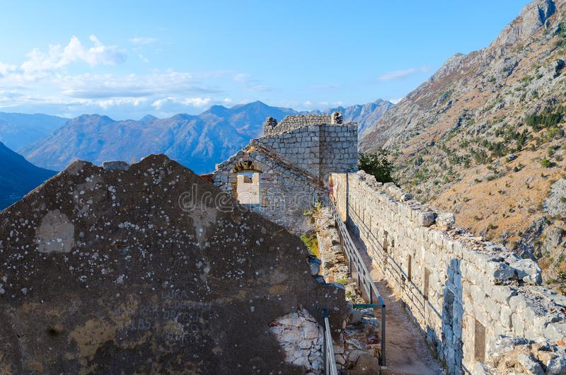 Ruïnes van oude vesting van St John Illyrian Fort over stad van Kotor, Montenegro stock afbeeldingen