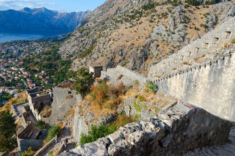 Ruïnes van oude vestingsmuren boven Kotor en Baai van Kotor, Montenegro royalty-vrije stock foto's