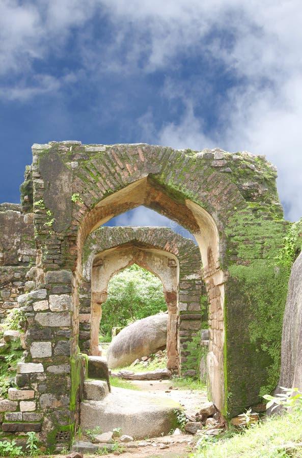 Ruïnes van Overwelfde galerij in het fort van Madan Mahal royalty-vrije stock foto