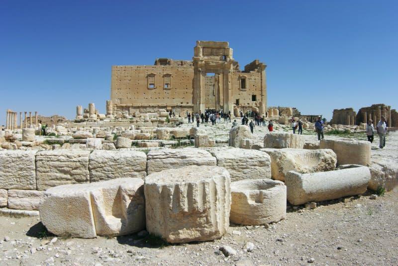 Ruïnes van Palmyra, Toeristen bij de Tempel van Baal (Bels) (2005) royalty-vrije stock fotografie