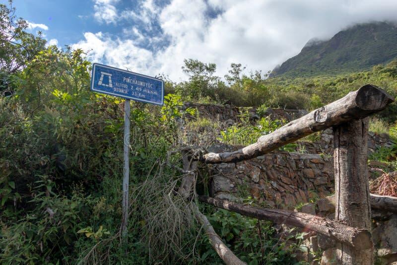 Ruïnes van Pinchinuyok bereikt de oude die Inca door berg worden omringd en wolken boven de groene canion in Peru een hoogtepunt royalty-vrije stock fotografie