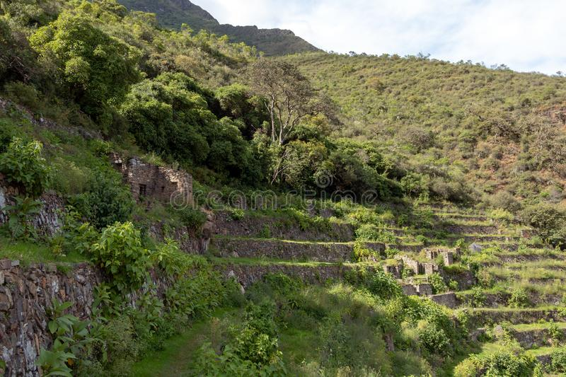 Ruïnes van Pinchinuyok bereikt de oude die Inca door berg worden omringd en wolken boven de groene canion in Peru een hoogtepunt stock afbeelding