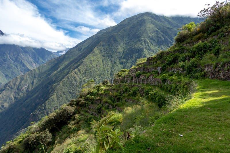 Ruïnes van Pinchinuyok bereikt de oude die Inca door berg worden omringd en wolken boven de groene canion in Peru een hoogtepunt royalty-vrije stock afbeeldingen