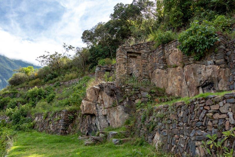 Ruïnes van Pinchinuyok bereikt de oude die Inca door berg worden omringd en wolken boven de groene canion in Peru een hoogtepunt royalty-vrije stock foto's