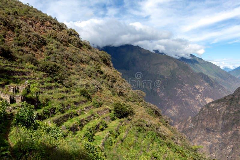Ruïnes van Pinchinuyok bereikt de oude die Inca door berg worden omringd en wolken boven de groene canion in Peru een hoogtepunt stock foto's