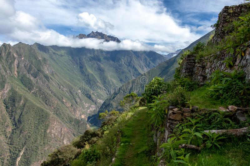 Ruïnes van Pinchinuyok bereikt de oude die Inca door berg worden omringd en wolken boven de groene canion in Peru een hoogtepunt royalty-vrije stock afbeelding
