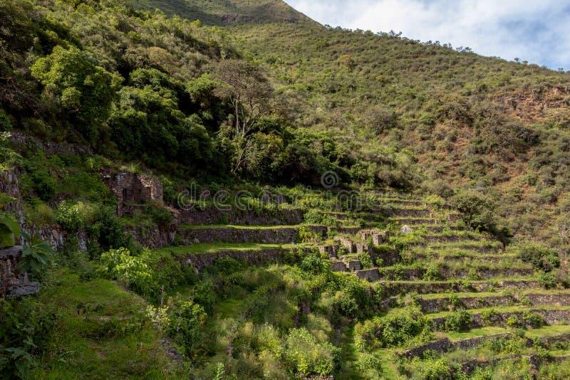 Ruïnes van Pinchinuyok bereikt de oude die Inca door berg worden omringd en wolken boven de groene canion in Peru een hoogtepunt royalty-vrije stock foto