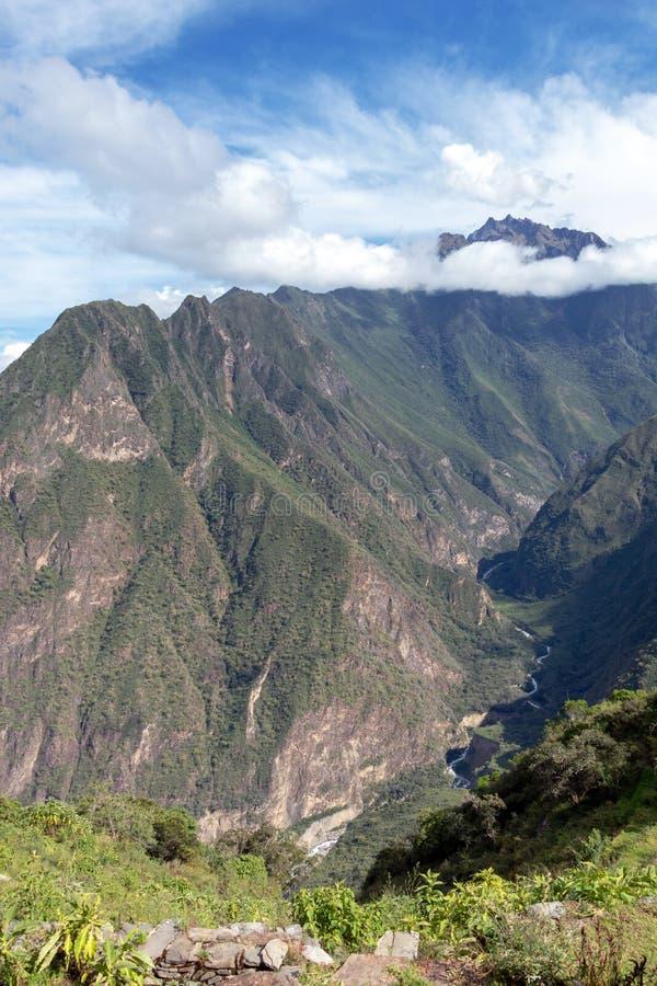 Ruïnes van Pinchinuyok bereikt de oude Inca die door berg worden omringd en wolken boven de groene canion in Peru een hoogtepunt royalty-vrije stock afbeeldingen