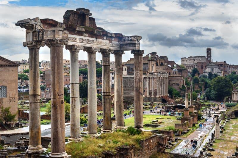Ruïnes van roman forum Tempel van Saturn en anderen rome Italië royalty-vrije stock foto's