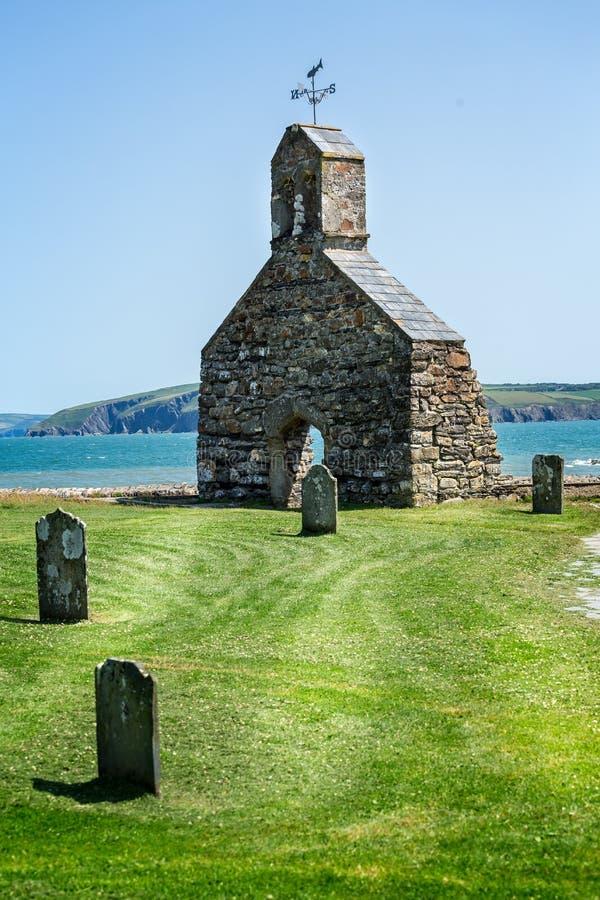 Ruïnes van St Brynach Kerk op Dinas Isalnd, Pembrokeshire, het UK stock afbeeldingen
