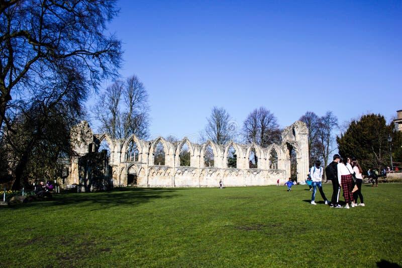 Ruïnes van St Mary Abbey in York, Groot-Brittannië in zonnige de winterdag stock fotografie