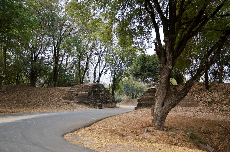 Ruïnes van stadsmuren in het beroemde Historische Park van Sukhothai, royalty-vrije stock foto's