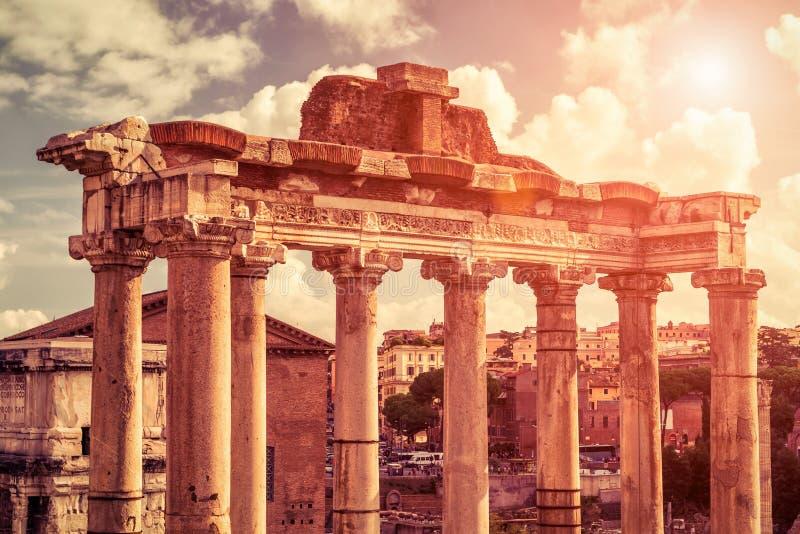 Ruïnes van tempel van Saturn in Roman Forum in Rome stock afbeelding