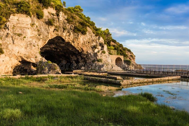 Ruïnes van Tiberius-villa in Sperlonga, Lazio, Italië stock afbeelding