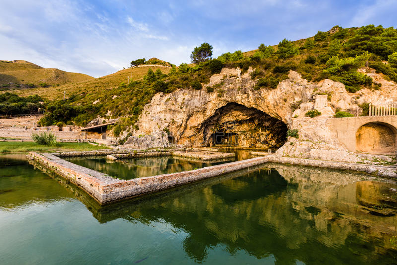 Ruïnes van Tiberius-villa in Sperlonga, Lazio, Italië stock foto's