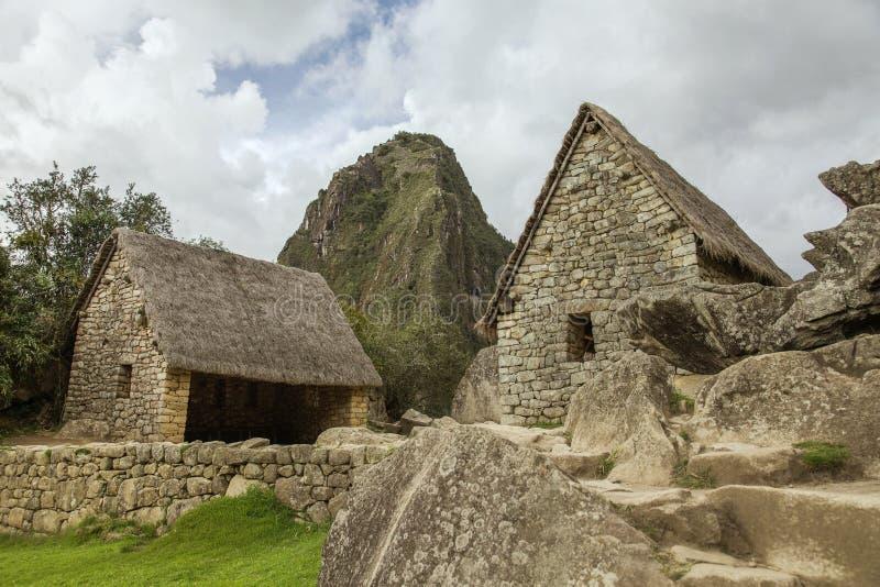 Ruïnes van twee huizen en Wayna Picchu in Machu Picchu stock fotografie