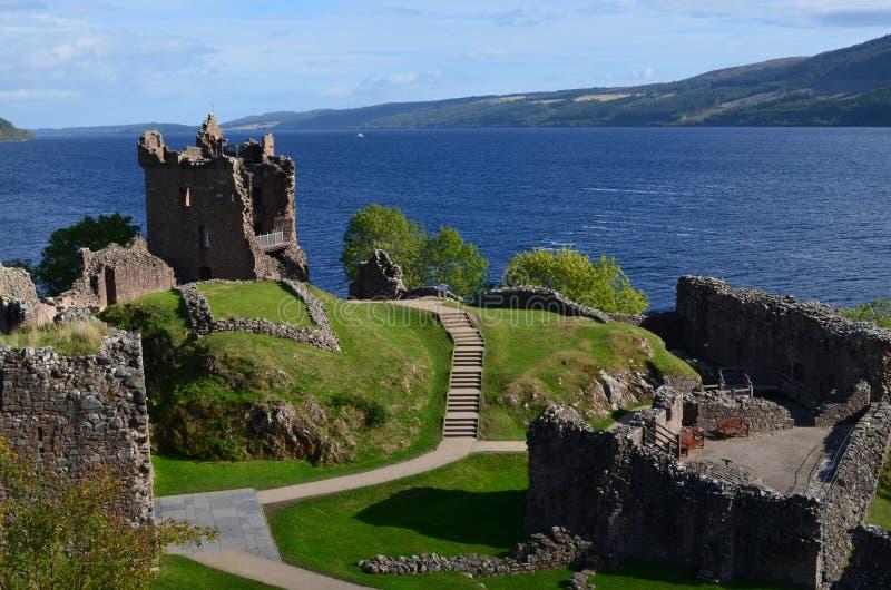Ruïnes van Urquhart-Kasteel naast Loch Ness in Schotland stock fotografie
